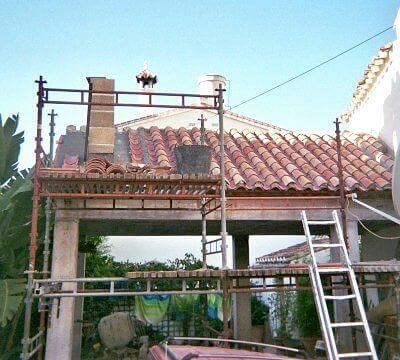 photo of service building works with a roof underconstruction in Canillas de Aceituno